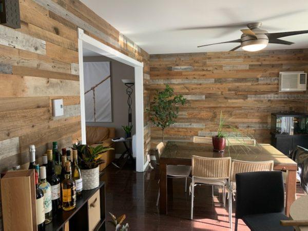 Mur de bois de grange gris et brun