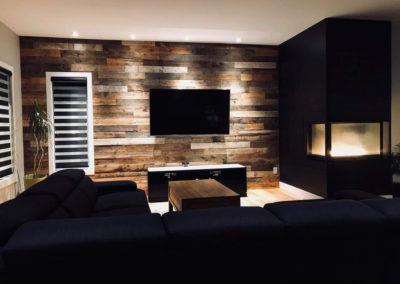 Mur de bois de grange brun avec foyer au gaz