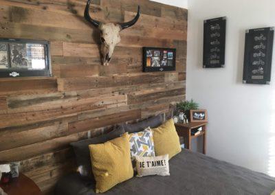 Mur de bois de grange brun avec tête de boeuf en os