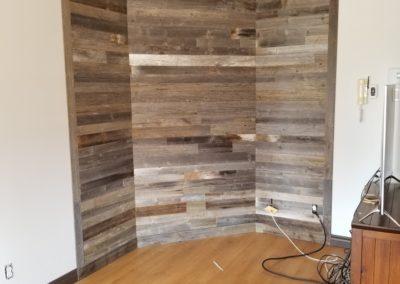 Mur de salon en bois de grange gris