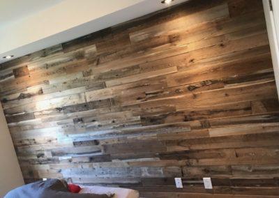 mur de chambre de bois de grange brun