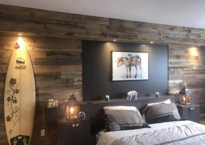 Mur de bois de grange brun avec planche de surf