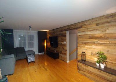 Très long mur de bois de grange brun