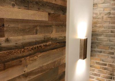 Mur de bois de grange brun avec lumières chaque côté