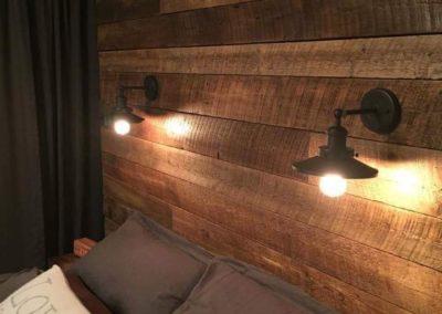 Mur de bois de grange accompagné de lumières encastrés