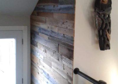 Mur d'entrée en bois de grange gris et brun de Solū